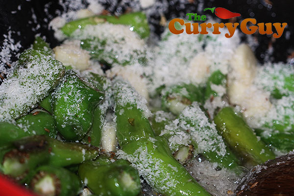 Making green chilli chutney